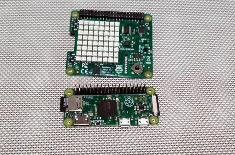"""Il Sense HAT paragonato al Raspberry Pi Zero. Questa combinazione consente di avere un completo computer dotato di sensori fisici in uno spazio molto compatto (una volta accoppiati, lo Zero """"sparisce"""" sotto il Sense HAT)"""