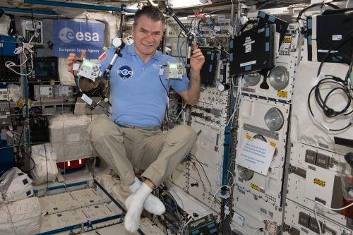 Il nostro astronauta italiano dell'ESA Paolo Nespoli con Ed e Izzy, i due AstroPI a bordo della ISS. Credito immagine ESA.